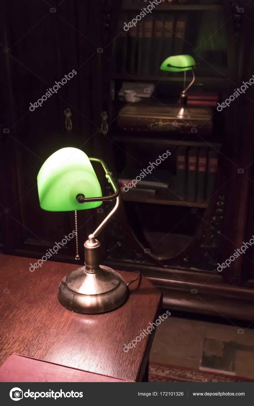 Classica lampada sulla scrivania in ufficio di vecchio for Lampada scrivania ufficio