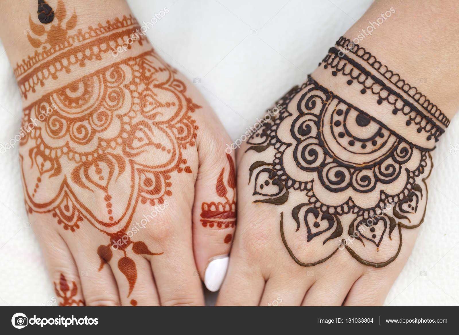 Modèle de beauté henné sur une main féminine \u2014 Photo