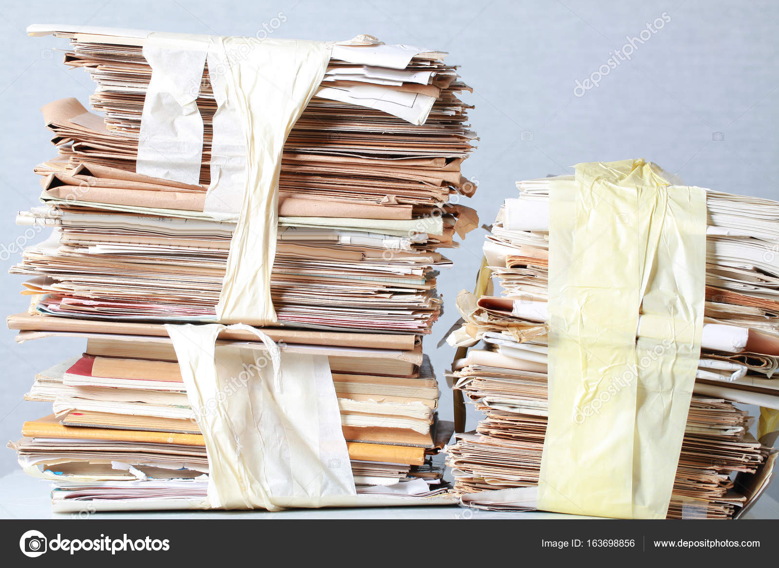 Un paquet de vieux papiers de bureau pour le recyclage des vieux