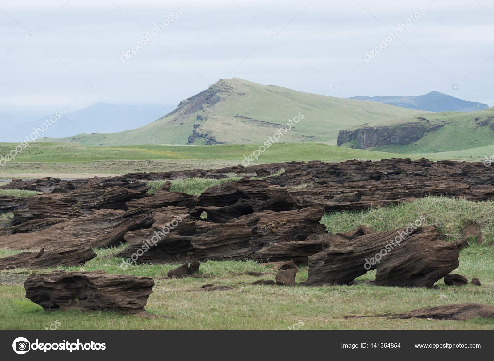 Paisaje islandés con colores apagados y rocas Resumen — Foto de ...