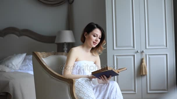 mladá žena čtení kniha