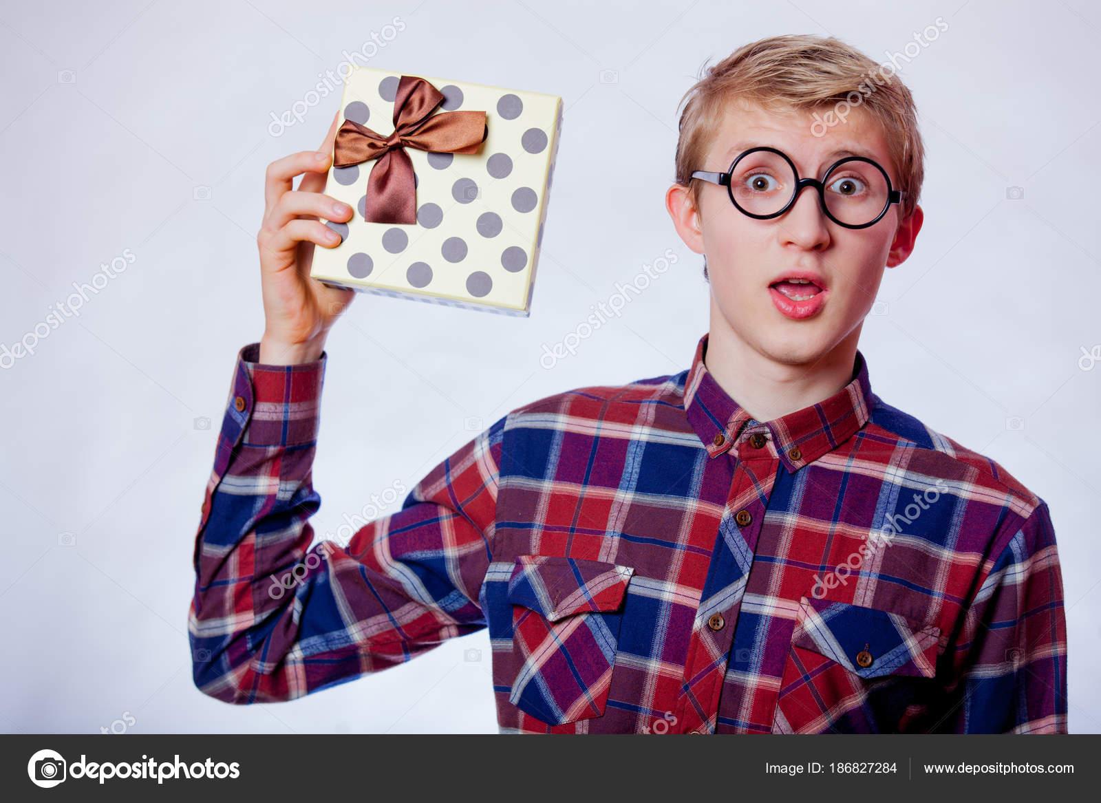 6b092a9cea Nerd Νέοι Έφηβος Αγόρι Γυαλιά Και Δώρο Πλαίσιο Λευκό Φόντο– εικόνα αρχείου
