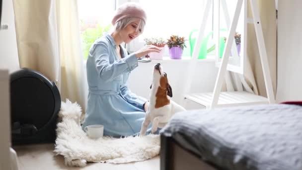 Mladá dívka s růžové vlasy a baret s pes doma. Módní styl oblečení