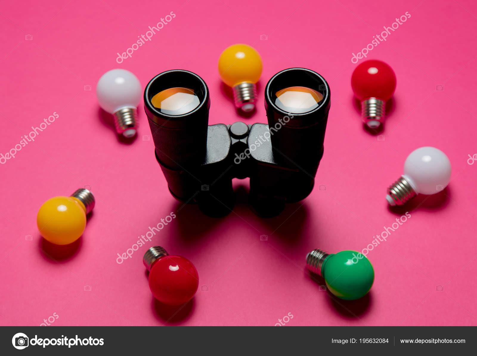 Lampadine colorate binocolo sfondo rosa u2014 foto stock