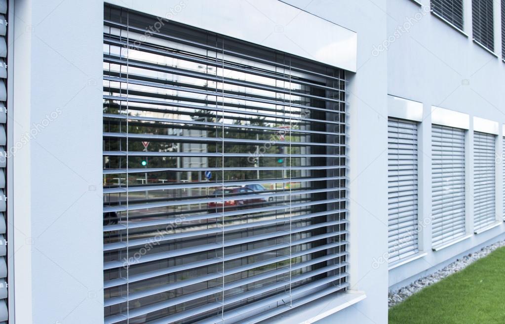 gordijnen jaloezien aan de ramen buiten de inrichting stockfoto