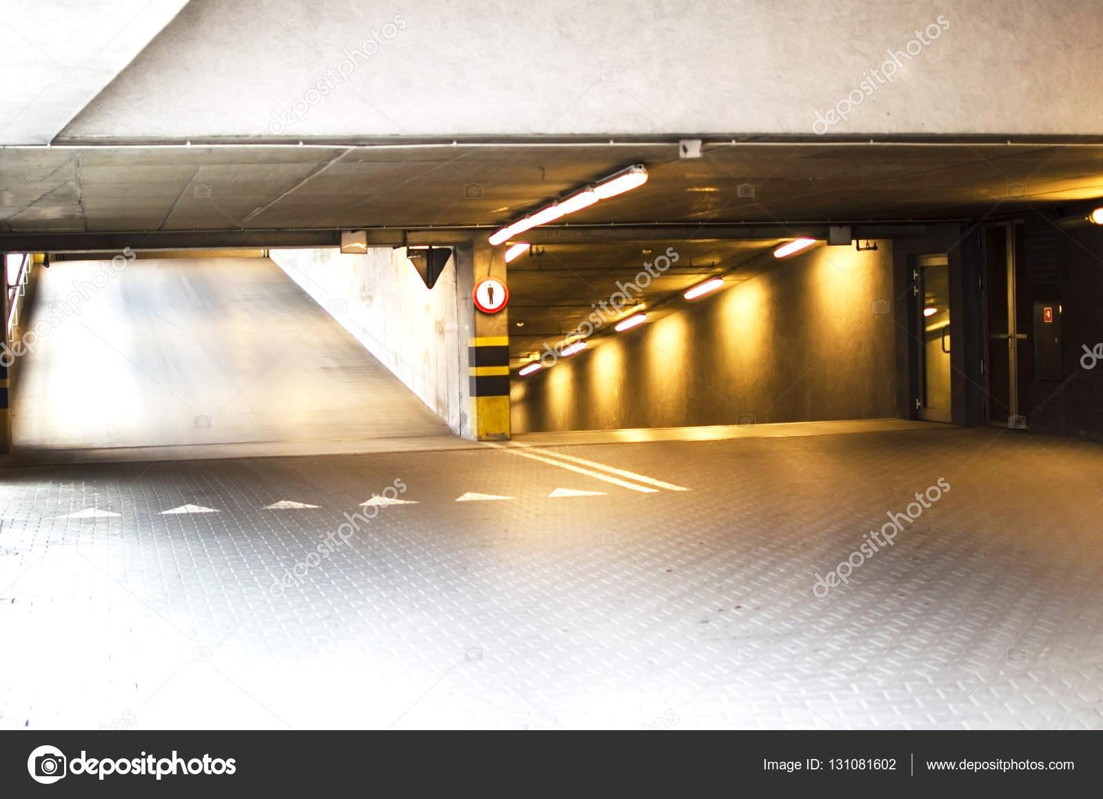 Parcheggio sotterraneo per auto illuminazione u2014 foto stock © gorvik