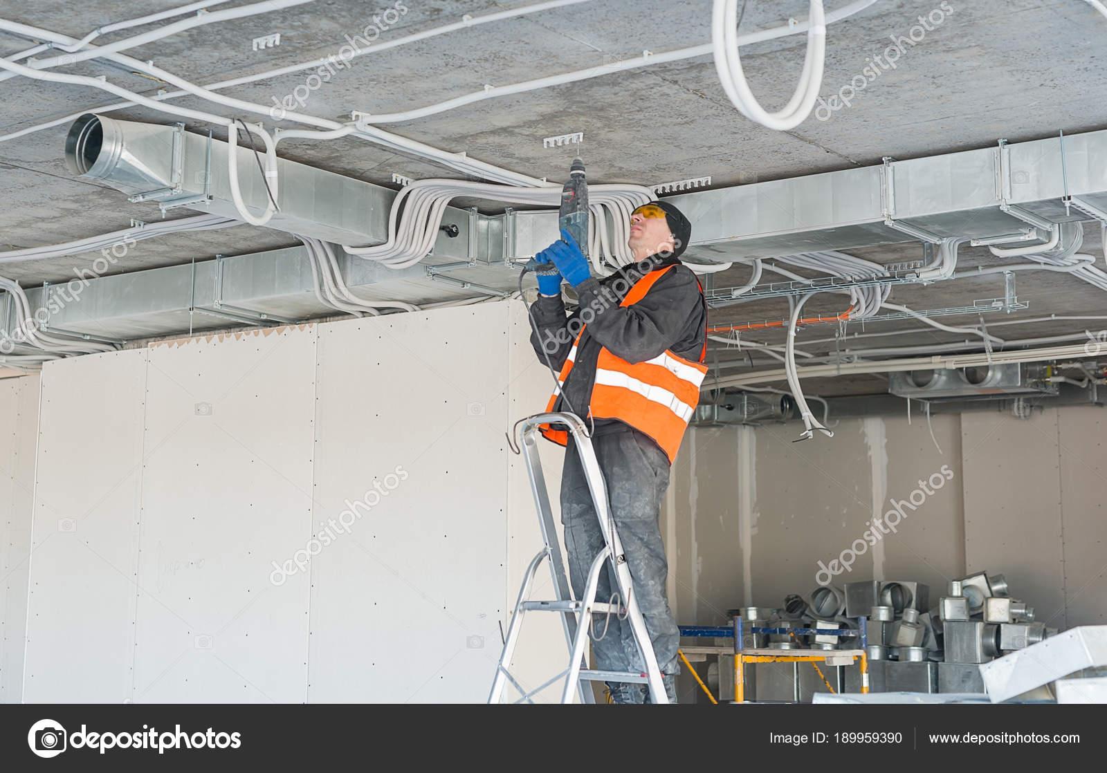 Der Prozess der Installation Montage-Clips für einen gewellten Draht ...
