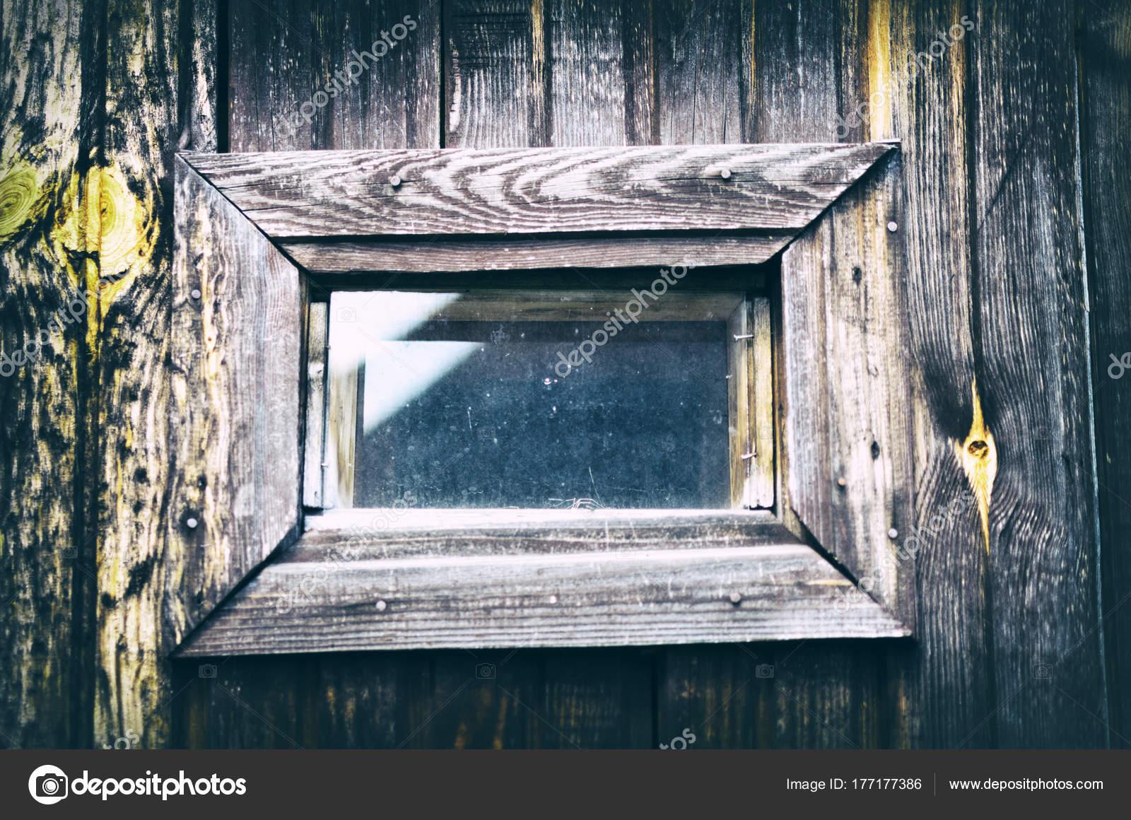 Pequeña ventana antigua con marco de madera — Foto de stock ...