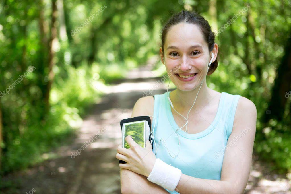 Фотообои привлекательная женщина работает в лесу