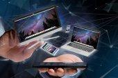 Fotografie Zobrazit zařízení, jako je smartphone, tablet nebo počítač létání nad připojení sítě - 3d vykreslení