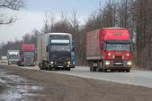 Pohybu nákladních vozidel na silnici Moskva - Petrohrad v březnu večer