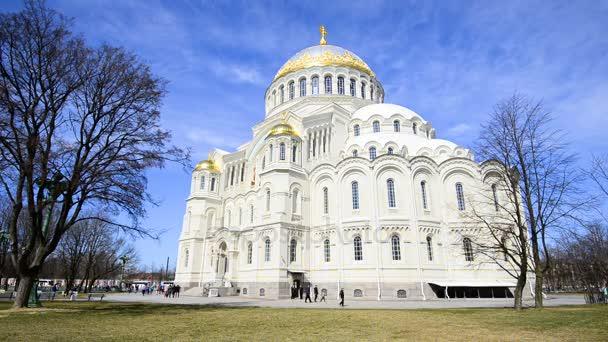 Sonniger Tag im Mai um St. Nikolaus-Kathedrale (Timlapse). Kronstadt