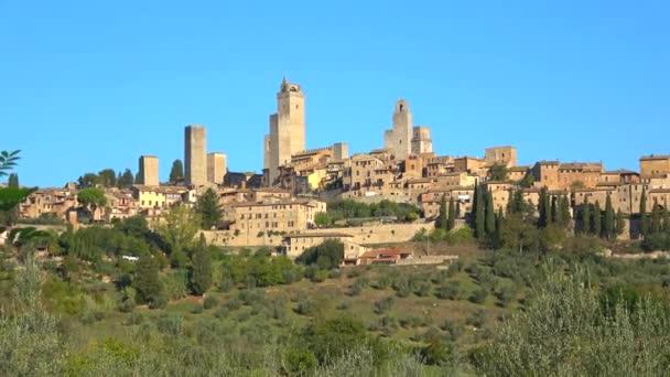 Panorama středověké město San Gimignano za slunečného dne. Toskánsko, Itálie