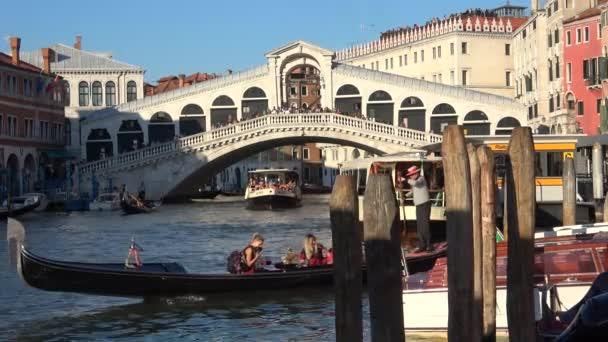 Gondola s turisty plave v canal Grande. Benátky, Itálie
