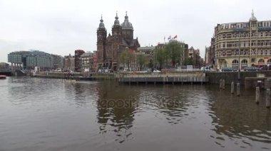 Amsterdam, Nizozemsko - 30 září 2017: Pohled z kostela svatého Mikuláše, zamračený den září