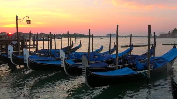 Venice, Olaszország - 2017. szeptember 27.: Gondolák hajnalban a San Marco bay
