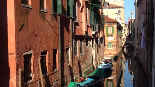 Napsütéses napon a keskeny, velencei csatornára néz. Velence, Olaszország
