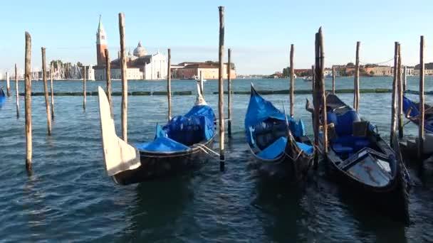 A víz a San Marco bay lengő gondolákra. Velence, Olaszország