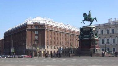 Petrohrad, Rusko - 09 dubna 2018: Pohled pomník císaře Nicholas I a Astoria hotel. Slunečný den dubna
