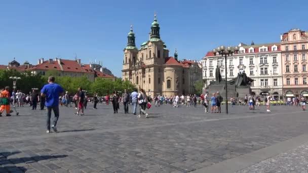 Praha, Česká republika - 21. dubna 2018: slunečný den na starém náměstí. Pohled z kostela svatého Mikulash