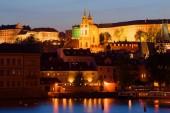 Fotografie Pohled na zvonici a kopule katedrály svatého Mikuláše večer v dubnu. Praha, Česká republika