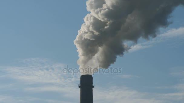 Komín kouře pozadí. Topná sezóna, zimní období, potrubí, ekologie