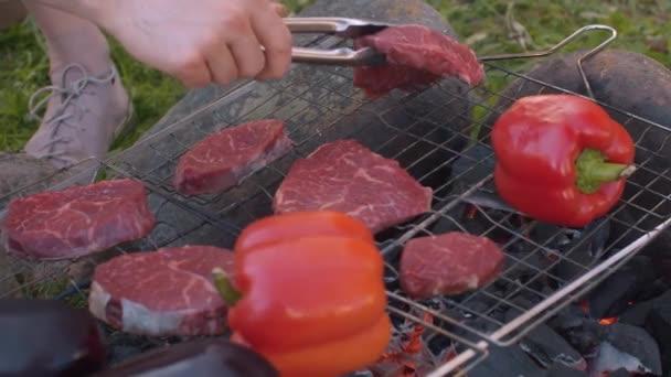 Ruční uvedení kus masa na grilu venkovní gril