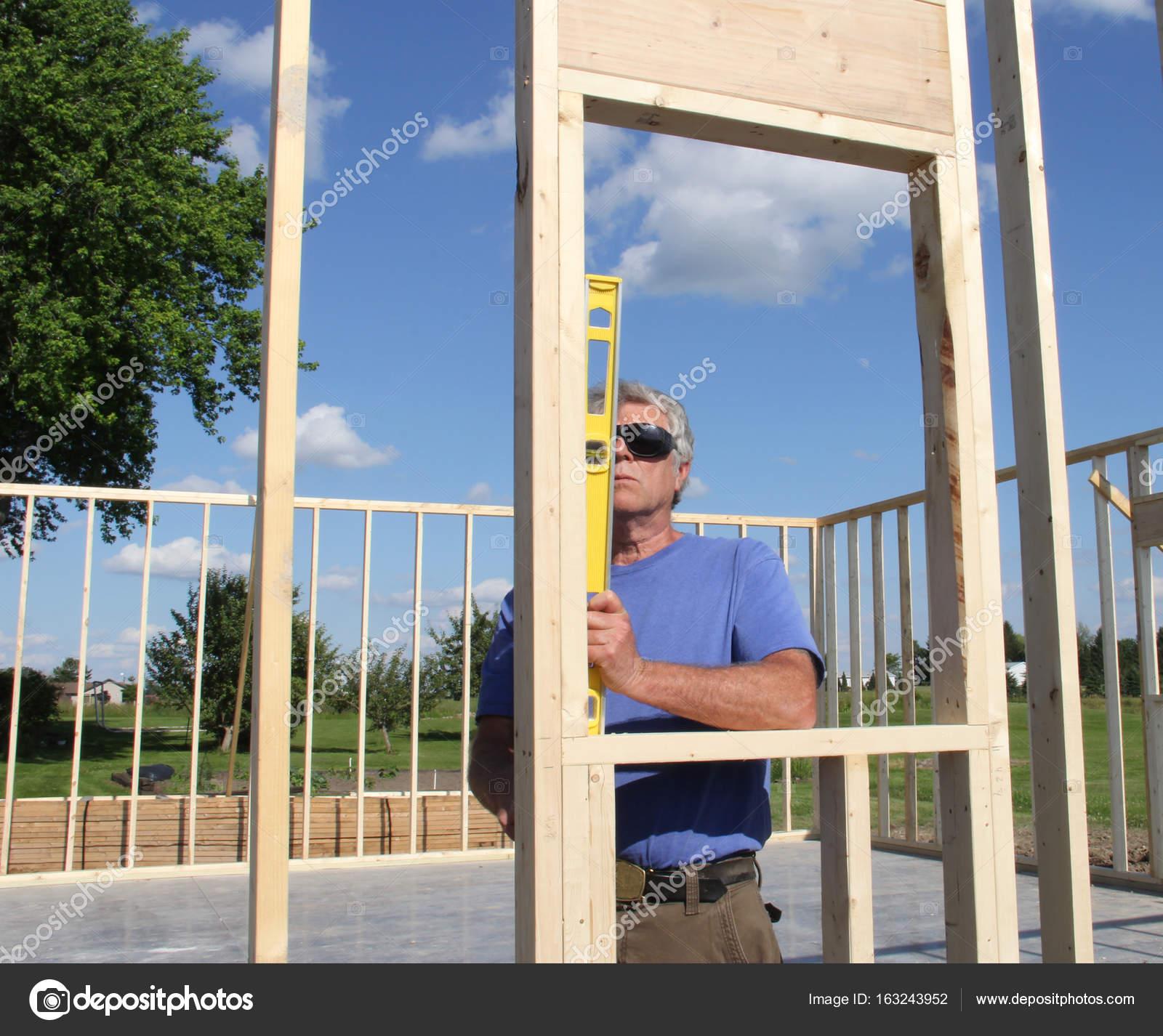 Tischler Lesestufe auf einem Haus-Rahmen — Stockfoto © dcwcreations ...