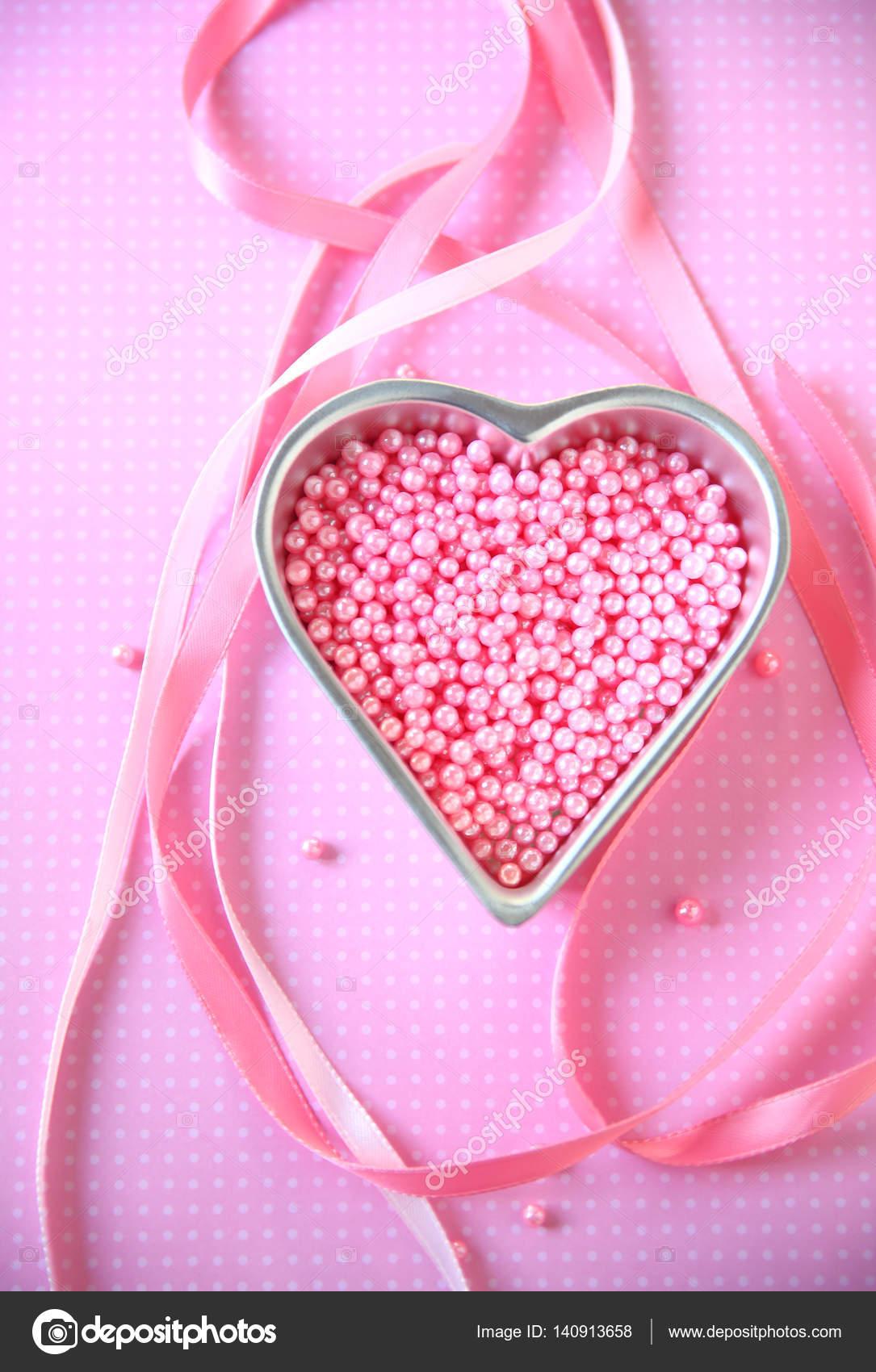 Hart Met Roze Kralen En Linten Stockfoto Aliced 140913658