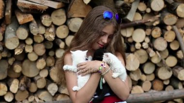Dívka drží v rukou koťata
