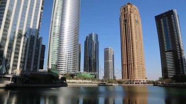 Radniční věž a Jumeirah Lakes Towers