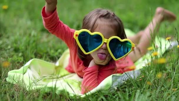 legrační malá holčička v sluneční brýle