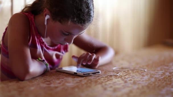 Dívka vypadá webové stránky na smartphone