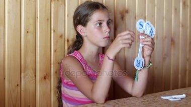 Dívka drží anglické abecedy