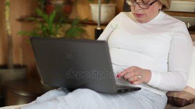 blondýnka psaní na notebooku