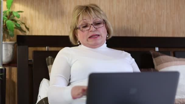 žena komunikuje prostřednictvím přenosného počítače