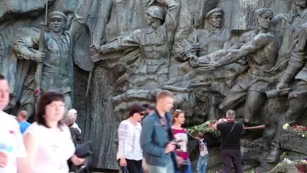 Lidé v národním muzeu dějin Ukrajiny