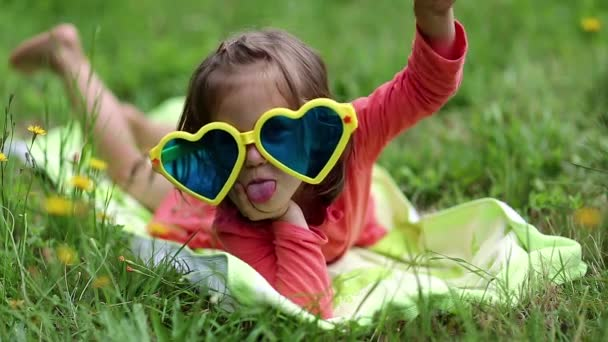 Legrační malá holčička v velké sluneční brýle