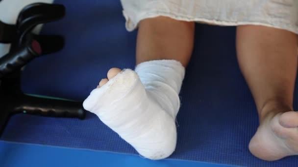Žena s omítkou na pravou nohu