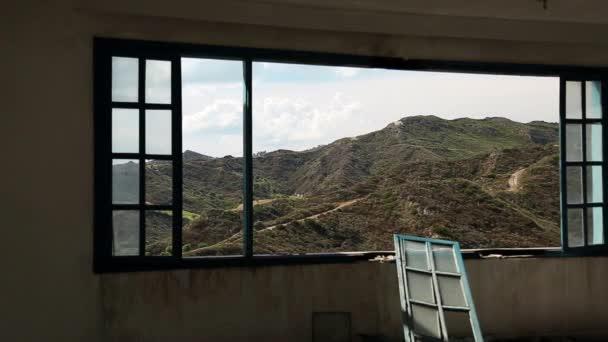 Krásná krajina z široké okno