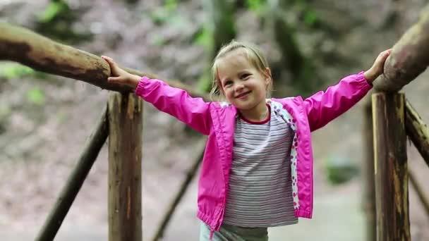 Děvčátko stojí na dřevěný most