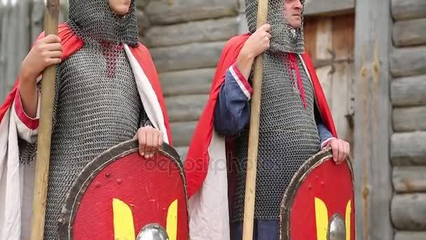 zwei Ritter in Rüstungen