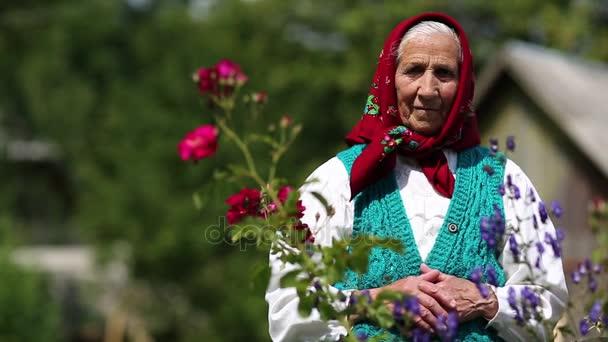 Öregasszony áll, virágok