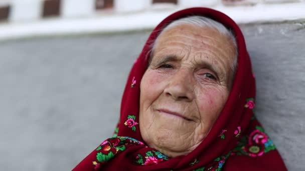 alte Frau im Halstuch