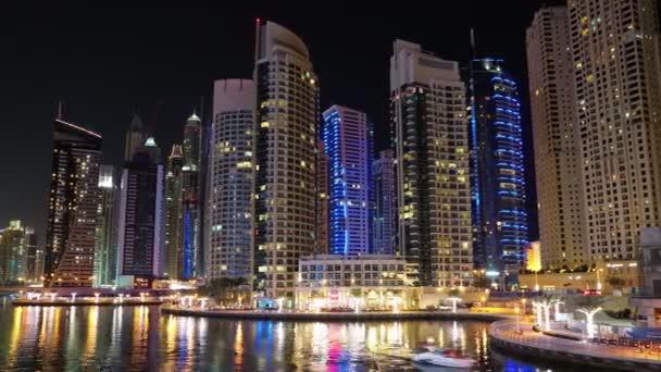 dubajský přístav v noci