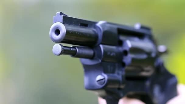 Ember lő egy revolver