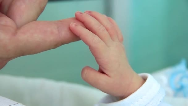 Novorozenec matky ruku