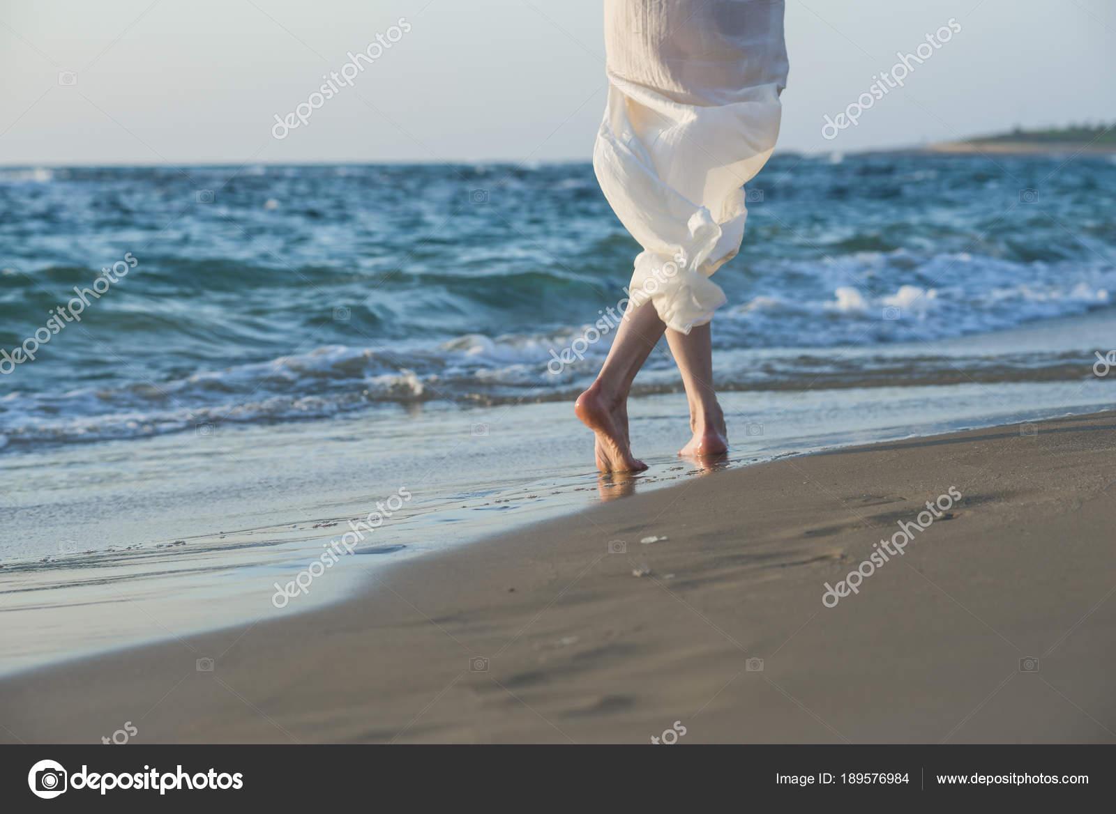 Mujer Hermosa Vestido Blanco Caminando Por Orilla Playa