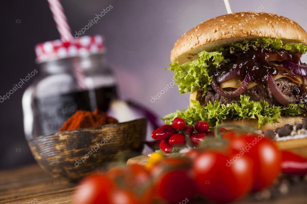Hamburger fait maison sur bureau en bois u photographie
