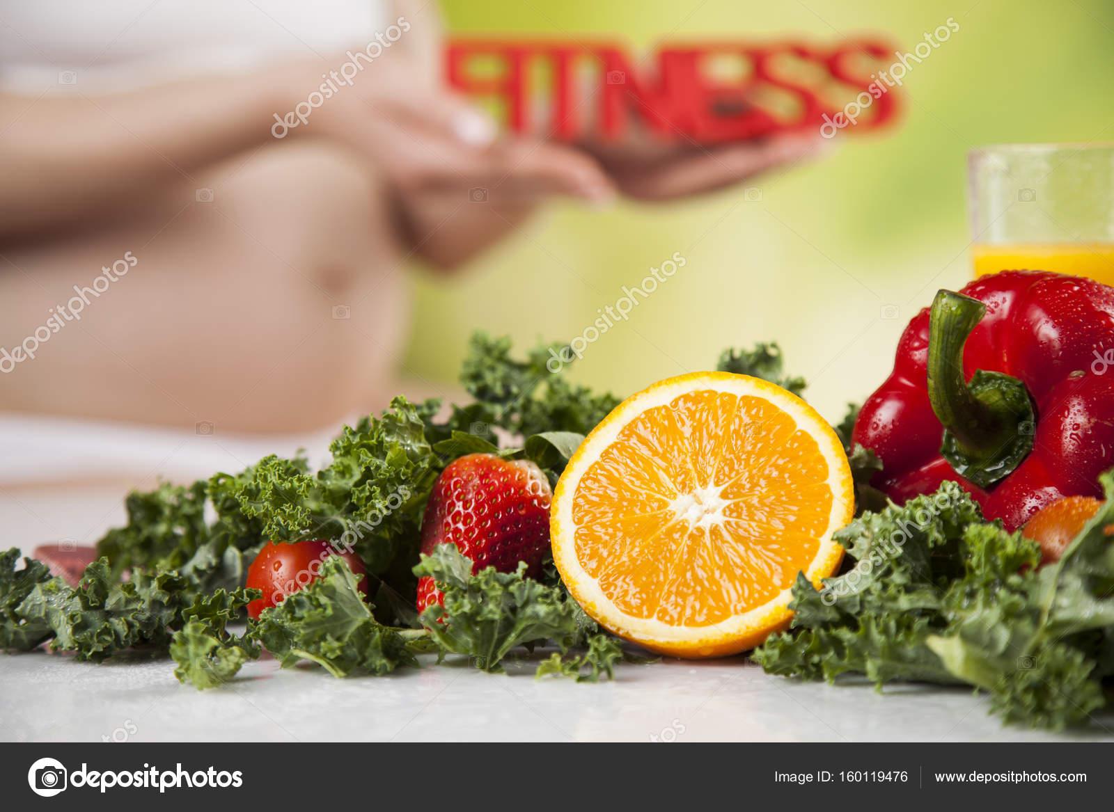 Διατροφή και διατροφή κατά τη διάρκεια της εγκυμοσύνης υγιεινό τρόπο ζωής —  Εικόνα από JanPietruszka c3e22578a45